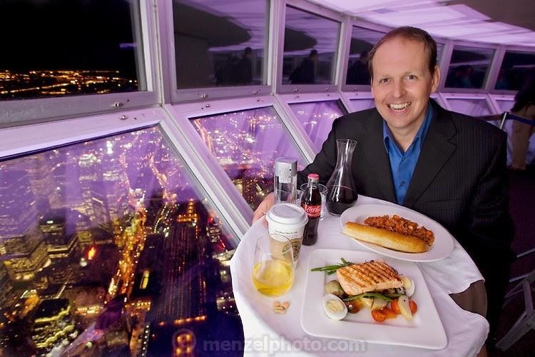 Канадын Торонто дахь нэгэн рестораны менежер Нейл Жонс өдөрт 2600 ккал хүнс хэрэглэдэг. 44 настай тэрээр 187 см өндөр 85 кг жинтэй.