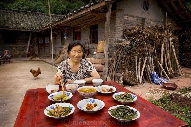 Хятадын Сичуанд амьдрах Лан Гуихуа гэх бэлэвсэн эмэгтэй өдөрт 1900 ккал хүнс хэрэглэдэг. Тэрээр 68 настай, 160 см өндөр, 54 кг жинтэй.